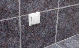 Contrôleur de chauffage par le sol sur le mur gris de salle de bains photo stock