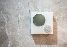 Contrôleur numérique d'état d'air accrochant contre la tuile de marbre wal photographie stock libre de droits