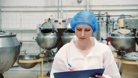 Contrôleur vérifiant l'usine de confection banque de vidéos