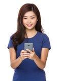 Contrôle asiatique de femme le message électronique Image libre de droits