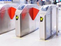 Contrôle d'accès automatique de porte à la station de métro photo stock