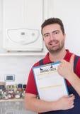 Contrôle de contrôle de plombier sur le chauffe-eau à la maison Photos stock