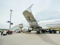 Contrôle de douane de police d'Airstair des avions d'Air Moldova chez Frank Photographie stock