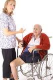 contrôle de la vieille patiente heureuse d'infirmière Photos stock