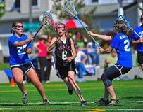 Contrôle de Lacrosse de la jeunesse de filles Images stock