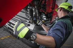 Contrôle de niveau d'huile de service de camion photographie stock