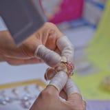 Contrôle de qualité de bijoux Images libres de droits