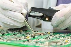 Contrôle de qualité des composants électroniques sur la carte PCB Images libres de droits