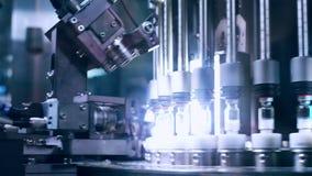 Contrôle de qualité pharmaceutique des fioles médicales Techniciens travaillant dans le producti pharmaceutique clips vidéos