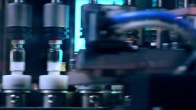 Contrôle de qualité pharmaceutique Fioles médicales Techniciens travaillant dans le producti pharmaceutique clips vidéos