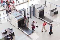 Contrôle de sécurité à la gare ferroviaire de sud de Guangzhou image stock