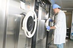 Contrôle de stérilisation de personnel médical la machine image libre de droits