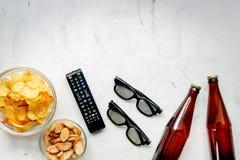 Contrôle de TV, casse-croûte, bière sur l'espace blanc de vue supérieure de fond pour le texte Photo libre de droits