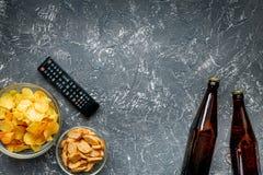 Contrôle de TV, casse-croûte, bière sur l'espace foncé de vue supérieure de fond pour le texte Photos stock