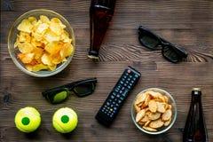 Contrôle de TV, casse-croûte, bière sur la vue supérieure de fond en bois Photos libres de droits