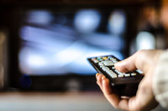 Contrôle de TV dans la main Photo stock