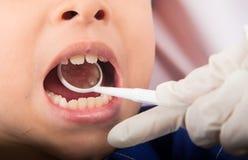 Contrôle dentaire sur des enfants Photo stock