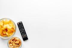 Contrôle et casse-croûte de TV sur l'espace blanc de vue supérieure de fond pour le texte Image libre de droits