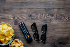 Contrôle et casse-croûte de TV sur l'espace en bois de vue supérieure de fond pour le texte Images stock