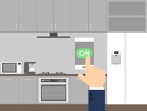 Contrôle futé de concept de technologie de cuisine avec le téléphone intelligent Photographie stock
