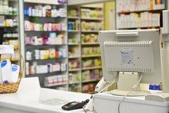 Contrôle la pharmacie Pharmacies intérieures et fond brouillé photo stock
