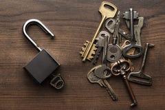 Contrôle-serrure ouverte et concept de clés différent images libres de droits