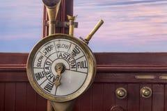 Contrôles de moteur sur la passerelle de navires Photos libres de droits