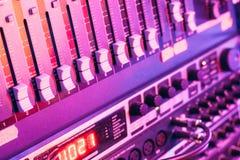 Contrôleur de mixeur son avec des boutons et des glisseurs Image libre de droits