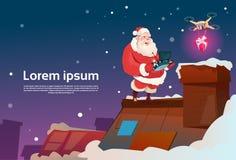 Contrôleur Drone Delivery Present, vacances de Santa Claus On Roof Hold Remove de Noël de nouvelle année Photo libre de droits