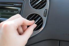 Contrôlez la climatisation dans une voiture Images libres de droits