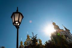 Contra a abóbada do céu azul da igreja e de uma lanterna elétrica imagens de stock