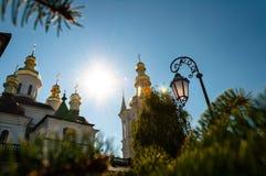 Contra a abóbada do céu azul da igreja e de uma lanterna elétrica fotografia de stock