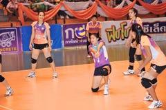 Contra-ataque no chaleng dos jogadores de voleibol Fotografia de Stock Royalty Free
