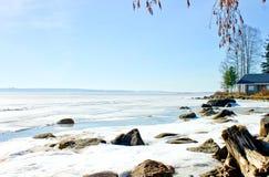 Contra a costa do céu azul e o grande lago fotografia de stock royalty free