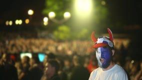 Contra el primer de la fan de la muchedumbre del fondo agujereado del juego letárgico del partido de fútbol almacen de video