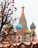 Contra la perspectiva de catedral del ` s de la albahaca del St, el ` s del Año Nuevo justo en la Plaza Roja, Moscú Fotos de archivo libres de regalías