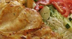 Contra obesidad/el prendedero y la ensalada del pollo Fotos de archivo libres de regalías