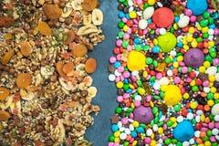 Contra torkade sunda mellanmål för skräpmat och för sötsaker Arkivfoto