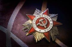 Contra uma guerra patriótica da concessão soviética escura do fundo dos abetos Imagens de Stock Royalty Free