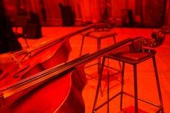 2 contrabasses на этапе в красном освещении Стоковая Фотография RF