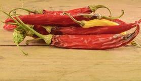 Contracción y pimientas de chile del molde en el fondo de madera blanco Pimientas de chile putrefactas Fotos de archivo libres de regalías