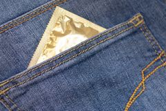 Contracepção de Childfree, fim amarelo do patinho acima e preservativo aberto borrado no fundo cor-de-rosa imagens de stock royalty free