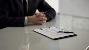 Contract die met pen op lijst, mannelijke baankandidaat aangaande achtergrond, werkgelegenheid liggen royalty-vrije stock afbeelding