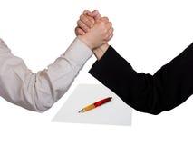 contract händer två som brottas Arkivfoto