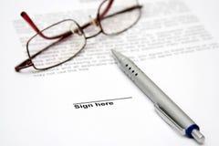 Contract met glazen en pen royalty-vrije stock afbeelding