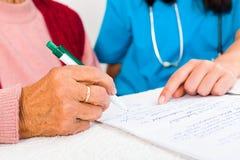 Contract met Verpleeghuis Stock Foto's