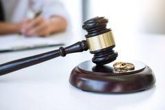 Contract van scheidingsontbinding of annulering van huwelijk, echtgenoot tijdens scheidingsproces en het ondertekenen van scheidi royalty-vrije stock foto