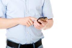 Contractant die in bouwvakker zijn celtelefoon met behulp van Royalty-vrije Stock Foto