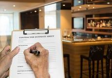 Contractant die raming voor het herstellen van moderne bar invullen stock fotografie