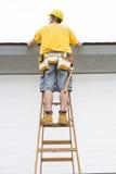 Contractant die zich op ladder bevinden royalty-vrije stock foto